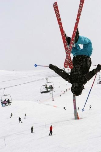 Foto av baklengs salto på ski hentet fra http://bit.ly/fbGtTv